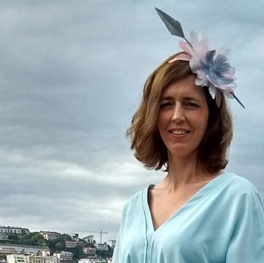 invitada con flor de plumas
