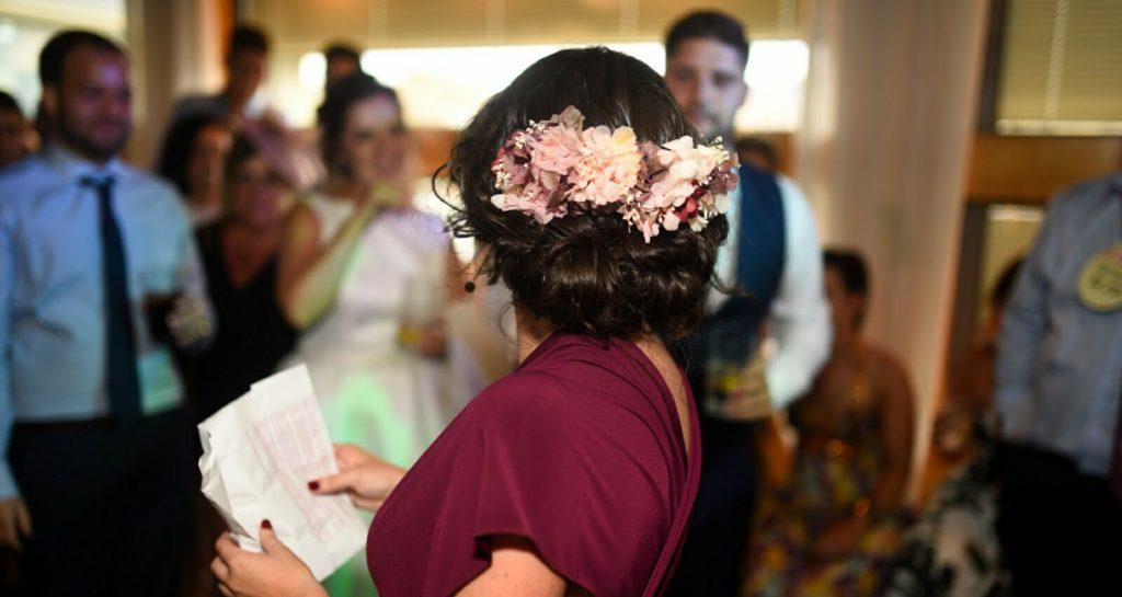 invitada de boda con tocado