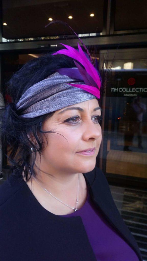 turbante de invitada con plumas
