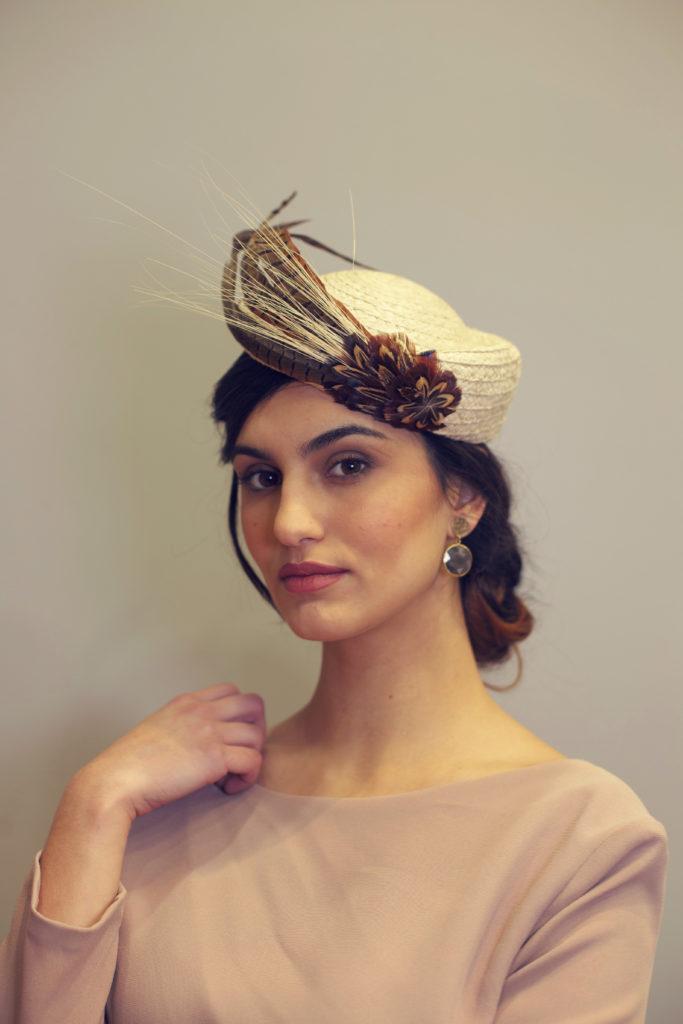 casquete con plumas de faisán