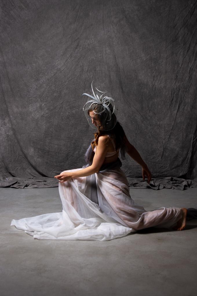 Tocado de plumas y velo en gris perla