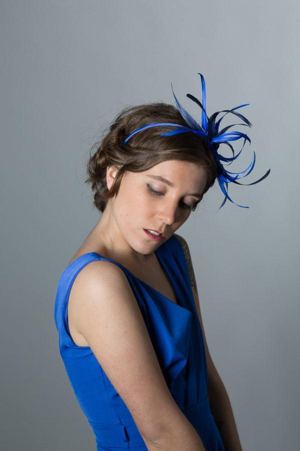 tocado de plumas azul